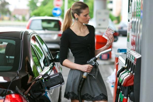 Dobre informacje dla turystów - benzyna wciąż tanieje