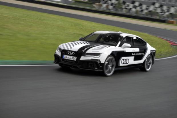 Sportowe Audi bez kierowcy na torze wyścigowym