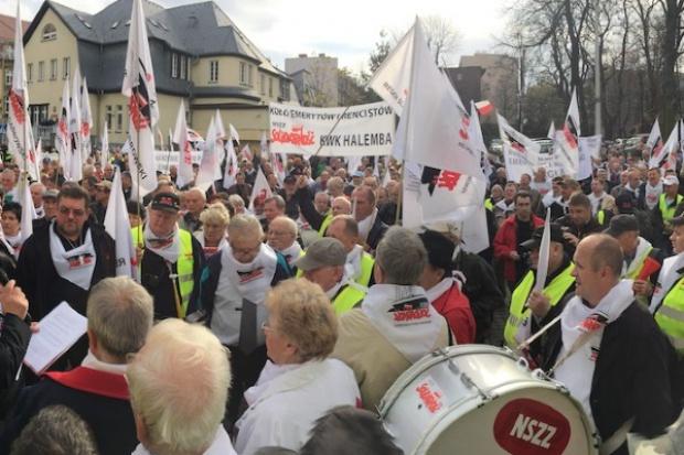 Emeryci górniczy protestowali przed KW ws. deputatów