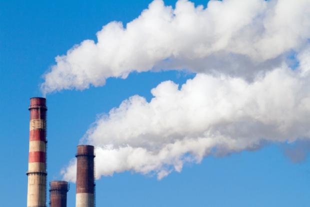Spór o rezerwę pozwoleń na emisję CO2: KE przekonuje, przemysł krytykuje