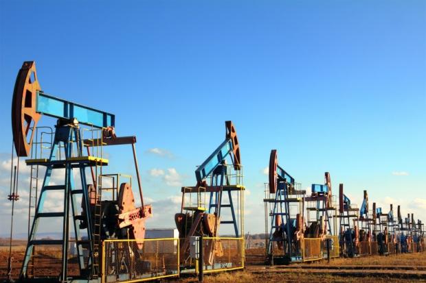 Ropa poniżej 80 dol. mimo rosnących szans na cięcia wydobycia