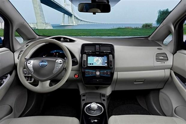 Elektryczny Nissan musi do serwisu