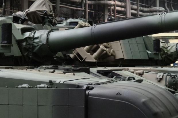Świat ogranicza wydatki na broń, Rosja się zbroi