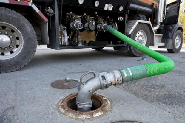 Paliwa tańsze o ponad złotówkę na litrze niż przed rokiem