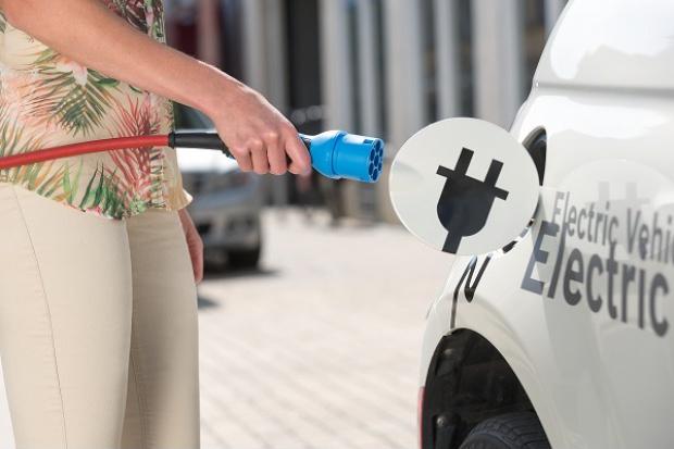 W ciągu dekady 1/3 nowych aut w Europie będzie e-samochodem lub hybrydą