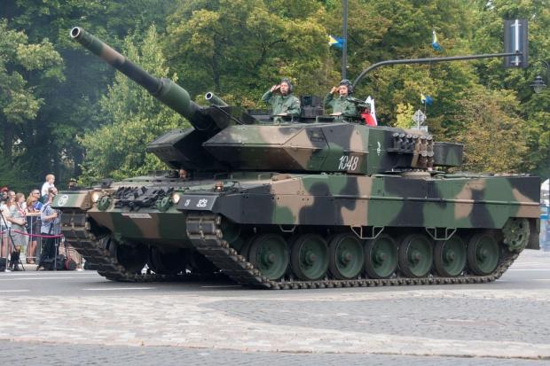 Czołgi Leopard 2A5 na pierwszych ćwiczeniach poligonowych