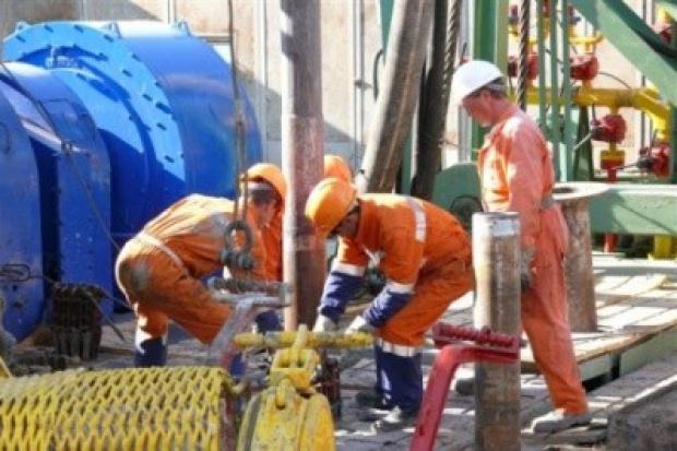 W sektorze ropy i gazu zwolnienia, a płace rosną