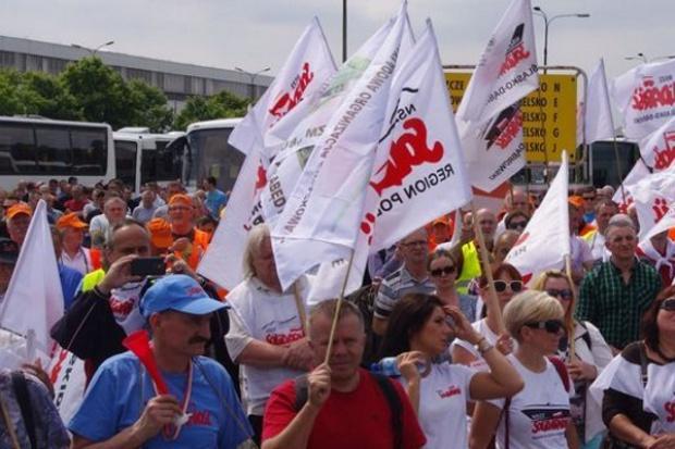 Demonstracja Solidarności przed tyskim zakładem FCA Poland