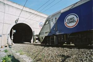 Ruch w Eurotunelu wstrzymany; strajkujący podpalili opony