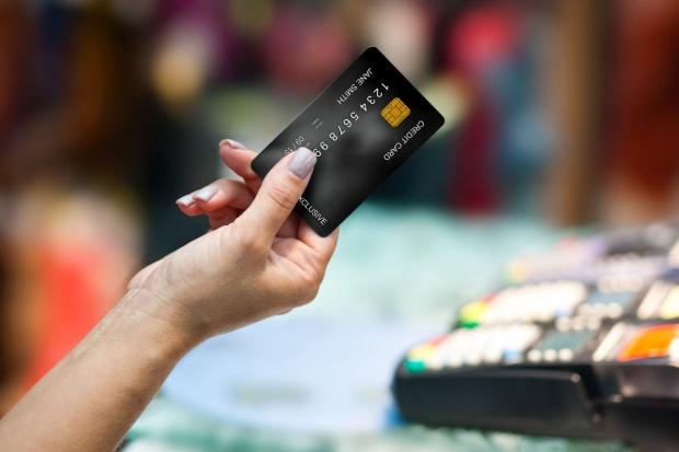 Polacy coraz chętniej płacą kartami, również zbliżeniowo