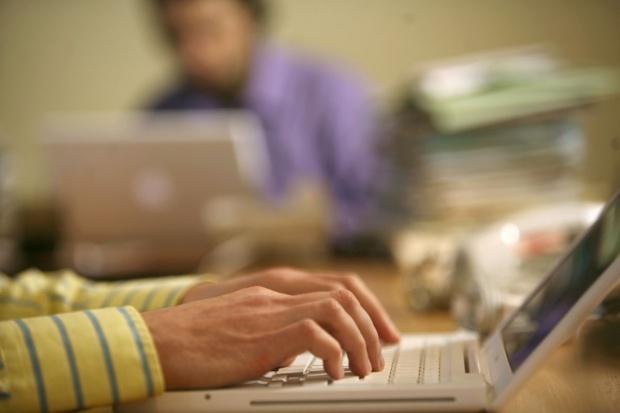 CBOS: dwie trzecie Polaków regularnie korzysta z internetu