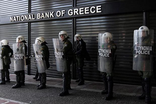 Grecja czasowo zamyka banki i wprowadza kontrolę kapitałów