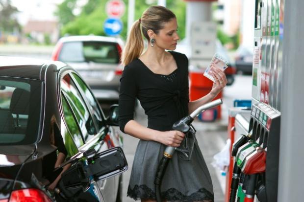Im dalej w wakacje, tym na stacjach paliw taniej