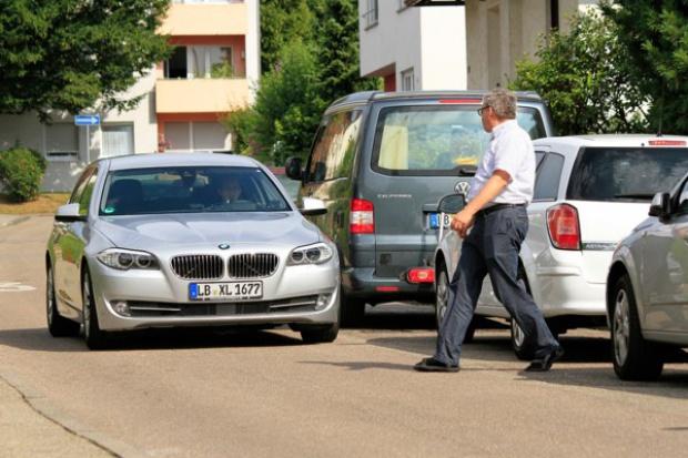 Nowa funkcja ochrony pieszych pomaga w hamowaniu i omijaniu