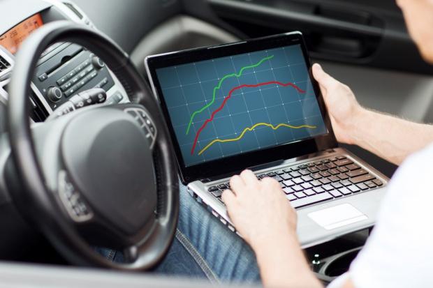 """Jak walczyć z cyberatakami na """"inteligentne"""" samochody?"""