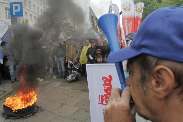 Związki z KW: gwarancje wypłaty świadczeń albo działania protestacyjno-strajkowe