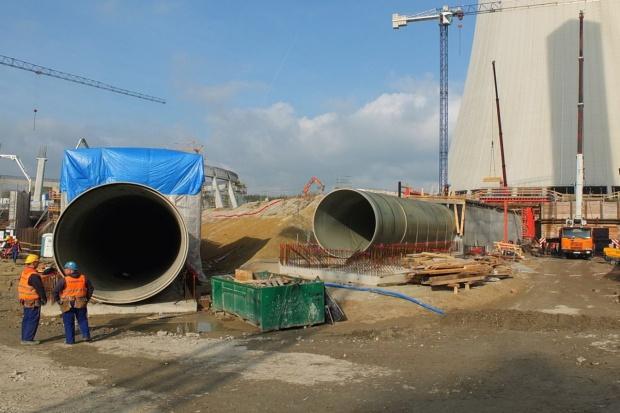 Trwa montaż rurociągów wody chłodzącej nowe bloki w Opolu