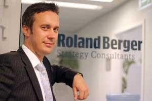 Artur Pielech z warszawskiego biura RolandBerger jest zdania, że przejęcie Unipetrolu, podobnie jak inwestycja w Orlen Deutschland, wzmacnia pozycję Orlenu wobec koncernów z Rosji, które być może nie zawahałyby się nawet przed wrogim przejęciem polskiego koncernu.