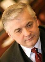 <b>Włodzimierz Cimoszewicz</b>  Urodził się w 1950 roku. Absolwent Wydziału Prawa i Administracji Uniwersytetu Warszawskiego, doktor prawa międzynarodowego. W latach 1971-1990 należał do PZPR. Od 1989 roku jest posłem na Sejm. W roku 1990 bez rezultatu ubiegał się o urząd prezydenta RP. Od 1993 r. był wicepremierem, ministrem sprawiedliwości. Od 1996 do 1997 roku był premierem RP. W rządzie Leszka Millera, a następnie Marka Belki był ministrem spraw zagranicznych. Marszałkiem Sejmu jest od 5 stycznia 2005 roku. W środowisku lewicy uchodzi za polityka, który spośród lewicowych kandydatów ma największe szanse zwycięstwa w najbliższych wyborach prezydenckich.  (J. D.)