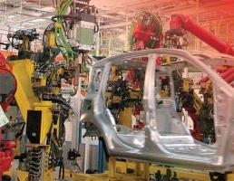 """<b>Zróżnicowana motoryzacja</b>  Wiele firm motoryzacyjnych twierdzi, że stosuje w łańcuchu dostaw koncepcję """"just in time"""". Inne z kolei nie korzystają z takich rozwiązań logistycznych.   Jedną z firm stosujących  zasadę """"just in time"""" jest japoński koncert Toyota. Jego obie fabryki w Polsce nie posiadają własnych magazynów części oraz hal składowania gotowych produktów, a wszystkie dostawy realizowane są zgodnie z zamówieniami,  czyli właśnie """"just in time"""". Model ten Toyota stosuje we wszystkich zakładach na świecie.  Polskie firmy także przyznają, że chętnie otrzymują dostawy, może nie """"just"""", ale """"on time"""". Janusz Fijałkowski z Politechniki Warszawskiej, który, jako pierwszy rozpropagował w Polsce termin """"logistyka"""", demaskuje dostawy """"just in time"""". - Każde przedsiębiorstwo chce zaoszczędzić na przechowywaniu materiałów i mieć dostawę części na czas, ale nie jest to model logistyki. Termin ten powstał owszem w Japonii, ale dotyczył emerytów, którzy po odejściu z fabryk przygotowywali w domach podzespoły, a ich żony zanosiły je """"na czas"""" na halę produkcyjną - mówi Fijałkowski.  Z kolei VM MP nie korzysta z dostaw """"just in time"""". Hale magazynowe znajdujące się w jego otoczeniu są jego własnością. I właśnie magazyn części i magazyn produktów gotowych znajdują się w jednej z tych hal. VW MP korzysta z pełnego outsourcingu usług logistycznych. Zakład nie posiada własnego taboru samochodowego - usługi świadczone są przez spedycję zewnętrzną. Również obsługa magazynu (magazynowanie, podstawianie części, wysyłka gotowych produktów) została oddana w ręce usługodawcy (Schnellecke Polska Sp. z o.o.).  Codziennie przez VW MP przewija się około 900 ton części i gotowych produktów."""