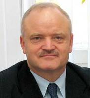 <b>Krzysztof Gromadowski, dyrektor ds. planowania rozwoju i integracji z Unią Europejską Portu Gdynia:</b>  – Dążenie władz Unii Europejskiej do większej kontroli i unifikacji zasad dostępu do usług portowych jest zrozumiałe. Jednak wobec dużej różnorodności form zarządzania portami europejskimi i nasilenia konkurencji pomiędzy nimi, a także mając w pamięci nieudany poprzedni proces legislacyjny, nie można być pewnym czy i w jak bliskim terminie dyrektywa może obowiązywać.