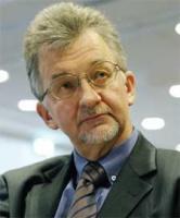 <b>Marek Roman, dyrektor Grupy Firm Doradczych EVIP:</b>  – Nie ma wizji, co do przyszłości sektora rurowego, gdyż ani Skarb Państwa, ani żaden inny podmiot nie realizuje spójnej koncepcji związanej z tym sektorem. Wydaje się, że dwa podmioty wykazują chęć podjęcia takich działań. Konsolidatorem branży na pewno chciałby zostać Złomrex. Zainteresowanie sektorem rurowym wyraża też Roman Karkosik, kontrolujący grupę Boryszew, o czym świadczy przejęcie Huty Batory. Generalnie jednak prywatyzacja sektora odbywa się na zasadzie zupełnie nie planowanych działań. Kiedyś próbę konsolidacji sektora podejmowało Towarzystwo Finansowe Silesia, jednak nie spełniło funkcji konsolidatora ze względu na brak funkcji wykonawczych. Myślę, że rywalizacja o polski rynek rur toczyć się będzie między Złomreksem i Karkosikiem, co doprowadzi do wzrostu cen przewidzianych na sprzedaż aktywów. Należy liczyć się z tym, że docelowo jedna z firm odsprzeda swoje udziały drugiej.   Zakup Huty Batory przez Romana Karkosika nie jest – jak dotąd – inwestycją, która ma doprowadzić do konsolidacji branży. Niewyjaśniona sytuacja Walcowni Rur Jedność, spowodowana rozbieżnością interesów głównych udziałowców, sprawia, że ten pat trwać będzie jeszcze długo. Czekać na decyzję musi też Rurexpol, którego właścicielem jest Huta Częstochowa. Przyszłość Rurekspolu zależeć będzie od tego, kto zostanie inwestorem dla czestochowskiej huty.   Not: (R. D.)