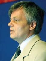 """<b>Wojciech Szulc, kierownik Zespołu Analiz Techniczno-Ekonomicznych Instytutu Metalurgii Żelaza:</b>  – Konsolidacja sektora byłaby jak najbardziej wskazana, chociaż skomplikowana sytuacja wlaścicielska może utrudnić ten proces. Nie wiadomo, jaką koncepcję przyjmie nowy właściciel Huty Batory, co będzie z Hutą Andrzej czy budowaną od wielu lat Walcownią Rur Jedność (WRJ).  Wątpię, czy po tak długim czasie zamontowane w niej urządzenia będą jeszcze sprawne. Po drugie, produkcja Huty Andrzej i WRJ w 90 procentach """"zachodzi na siebie"""", a przecież rynek nie jest tak chłonny. Trudno też przewidywać, jak zmieniłby się polski rynek, gdyby inwestorem została np. zagraniczna firma. Myślę, że w takim przypadku raczej trudno będzie mówić o współpracy.  Not: (R. D.)"""