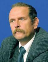<b>Andrzej Ciepiela, dyrektor Polskiej Unii Dystrybutorów Stali:</b>  – Rynek producentów rur wymaga uporządkowania. Huta Andrzej i Walcownia Rur Jedność (WRJ) w pewnym sensie konkurują ze sobą. Ich udział w rynku szacowany jest na około 70 tys. ton. Osobnym zagadnienien jest WRJ, której zdolności produkcyjne planowano na blisko 150 tys. ton. Nie jestem przekonany, co do możliwości sprzedaży takiej ilości rur na rynku. Jest przecież import, np. z Czech, Niemiec. Importu nie unikniemy. Jeśli ten sam wyrób będzie tańszy za granicą, to ten argument zawsze przesądzi o wyborze dostawcy. Ponadto są pewne asortymenty, np. rury wielkogabarytowe, których u nas brakuje i w tej sytuacji import jest jedynym wyjściem. Nie wiem, czy w sektorze rurowym dojdzie do konsolidacji, choć taka koncepcja rozważana jest od wielu lat. Efekt synergii to istotna zaleta konsolidacji, ale wielkie molochy też nie są dobrym rozwiązaniem. Kluczową sprawą jest przede wszystkim to, aby producent rur był związany z dostawcą wsadu.  Not: (R. D.)