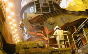 <b>Obiecanki cacanki?</b>  <b>Modernizacja walcowni gorącej blach w Krakowie </b>  To największy projekt inwestycyjny Mittal Steel Poland. Walcownia będzie miała moc produkcyjną 2,4 mln ton rocznie. Zakład będzie produkował najwyższej jakości blachy dla najbardziej wymagających klientów z branży motoryzacyjnej i AGD. Koszt inwestycji to 865 mln zł.   <b>Budowa linii ciągłego odlewania stali w Dąbrowie Górniczej</b>  Jest ściśle związana z realizacją programu inwestycyjnego w Krakowie. Nowa maszyna ciągłego odlewania będzie produkowała półwyroby do dalszego przewalcowania w krakowskiej walcowni gorącej. Koszt realizacji tej inwestycji to 430 mln zł. Zakończenie budowy jest przewidziane na październik 2006 roku.    <b>Modernizacja walcowni walcówki stali jakościowej w Sosnowcu.</b>   130 mln zł będzie kosztowała modernizacja walcowni walcówki stali jakościowej w Mittal Steel Poland Oddział w Sosnowcu. Umowa z wykonawcą została podpisana w grudniu 2004 r. Rozpoczęcie prac modernizacyjnych jest planowane na lipiec 2005 r.   <b>Budowa linii powlekania blach w Świętochłowicach</b>  Czwartą główną inwestycją realizowaną przez Mittal Steel Poland jest budowa linii powlekania blach w świętochłowickim oddziale. Umowa z wykonawcą została podpisana w grudniu 2004 r. Koszt wybudowania nowej linii to 130 mln zł. Czas realizacji: 14 miesięcy.