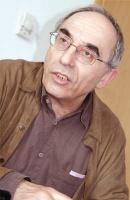 """<b>Aleksander Smolar</b> – politolog, publicysta. Studiował ekonomię i socjologię na Uniwersytecie Warszawskim.  W latach 1971-1989 przebywał na emigracji politycznej we Francji, we Włoszech i Wielkiej Brytanii. Był założycielem i redaktorem naczelnym kwartalnika \""""Aneks\"""" zajmującego się kwestiami społeczno-politycznymi. W latach 1989-1990 był doradcą ds. politycznych premiera Tadeusza Mazowieckiego. Następnie w latach 1992-1993 zajmował stanowisko doradcy ds. polityki zagranicznej premier Hanny Suchockiej.  Od roku 1990 jest prezesem Zarządu Fundacji im. Stefana Batorego. Fundacja jest niezależną organizacją pozarządową pożytku publicznego. Jej założycielem jest amerykański finansista George Soros. Jedną z pasji Aleksandra Smolara jest polityka. A. Smolar jest pracownikiem naukowym francuskiego Krajowego Centrum Badań Naukowych."""