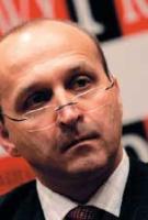 <strong>Kazimierz Marcinkiewicz:</strong> – Odpowiedzialny za sektor gazowy poprzednik wiceministra Speczika w Ministerstwie Skarbu dopiero podczas posiedzenia sejmowej Komisji Skarbu ze zdziwieniem dowiedział się, że EuRoPol Gaz nie będzie włączony do PGNiG-Przesył, tylko pozostanie w prywatyzowanym PGNiG SA. Naprawdę trudno mi sobie wyobrazić sytuację, w której część państwowej spółki (nadal państwowa) jest wydzielana z innej państwowej spółki przeznaczonej do prywatyzacji na zasadzie leasingu i musi płacić – już sprywatyzowanemu podmiotowi – raty leasingowe. Oprócz Zarządu PGNiG nie poznałem nikogo, kto rozumiałby konstrukcję wydzielenia z PGNiG SA spółki PGNiG-Przesył.