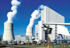 <strong>Jak to działa?</strong>  Bezemisyjna elektrownia to dzisiaj gigantyczne przedsięwzięcie nie tylko finansowe, ale również racjonalizatorskie. Zasada jej działania polega bowiem na zmianie technologii spalania węgla. Obecnie nie ma sposobu na uniknięcie zatruwania środowiska dwutlenkiem węgla. Aby tak się stało, trzeba oddzielić przed spalaniem azot. Dwutlenek węgla jest zaś skraplany i przetransportowywany do magazynów znajdujących się na dużych wysokościach.  W Europie jest wystarczająco dużo miejsc, gdzie mogłyby znajdować się bezpieczne magazyny skroplonego dwutlenku węgla. Najlepsze to jednak wyeksploatowane złoża gazu ziemnego i ropy naftowej. Tych również jest pod dostatkiem, choćby na Morzu Północnym. Ciekawostką jest fakt, że wtłaczając dwutlenek węgla na duże głębokości, można byłoby liczyć na... świetne źródła gazowanej wody mineralnej. Póki co nikt jednak nie zamierza łączyć produkcji prądu z wytwórnią napojów chłodzących.  na zdjęciu należąca do koncernu Vattenfall elektrownia Schwarze Pumpe k. Cottbus, w której powstanie pilotażowa instalacja bezemisyjnego spalania węgla