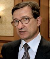 """<strong>Siergiej Aleksiejewicz Taruta</strong>  - urodził się 23 lipca 1955 r. we wsi Winogradnoje w obwodzie donieckim. Tygodnik """"Forbes"""" umieścił go na 620. miejscu w rankingu najbogatszych ludzi świata. Jego majątek oszacowano na miliard USD. Na Związek Przemysłowy Donbasu (ZPD), którego Siergiej Taruta jest głównym udziałowcem, składa się z kilkanaście przedsiębiorstw, wywodzących się głównie z sektora metalurgicznego. Kontrolowana przez Tarutę grupa zwiększyła wartość posiadanych aktywów o 1,2 mld USD.  Związek Przemysłowy Donbasu jest drugą potęgą gospodarczą Ukrainy – po naftowym koncernie Naftohaz. Jest właścicielem całego Zagłębia Donieckiego – właśnie pod jego kontrolą znajduje się kilkadziesiąt największych przedsiębiorstw tego regionu. Firmy ZPD produkują 8,5 mln ton stali rocznie i dają zatrudnienie 120 tysiącom osób.   W ukraińskim koncernie udziały ma szwajcarska firma Duferco. Siergiej Taruta jest założycielem i udziałowcem nie tylko ZPD, ale także jego """"spółkicórki"""", czyli """"Donieckiego Związku Przemysłowego"""", a także największego na Ukrainie kompleksu hotelowego """"Jałta-Intourist"""", Towarzystwa Lotniczego """"ISD-Awia"""", Giełdy Donieckiej, Kompanii Handlowo-Przemysłowej """"Ukruglemasz"""", Ałczewskiego Kombinatu Metalurgicznego, czy Ałczewskiego Zakładu Koksowniczego.   Siergiej Taruta jest żonaty, ma dwie córki. Jednym z jego hobby jest  olekcjonowanie dzieł sztuki.   (R.D.)"""