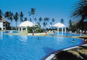 Wybrzeże Kenii w wielu rejonach prawdziwa tropikalna riwiera – z hotelami najwyższej klasy, białą piaszczystą plażą, rafą koralową i rozrywkami. Pobyt tu bywa często sposobem na relaks po trudach safari.,