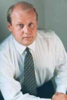<u><b>Tuomo Hatakka</b>, prezes i dyrektor generalny Vattenfall w Polsce:</u>  – W ubiegłym roku i pierwszej połowie 2005 wyhamowaniu uległo tempo prywatyzacji w sektorze energetycznym. Poza niewielkimi wyjątkami nie udało się pozyskać silnych inwestorów strategicznych dla krajowych firm. Przyczyną tego stanu rzeczy była słabsza koniunktura na rynkach międzynarodowych, ale także niepewność inwestorów co do planów polskich władz odnośnie sektora elektroenergetycznego. Po przystąpieniu Polski do UE spodziewano się wzrostu zainteresowania inwestorów, nie byliśmy jednak świadkami żadnej rewolucji w tym zakresie. Z drugiej strony ostatni rok upłynął przede wszystkim pod znakiem konsolidacji państwowych firm, szczególnie dystrybutorów energii.  Czy przyniesie to oczekiwane skutki w postaci wzmocnienia tych zakładów, trudno dziś powiedzieć, istnieje natomiast ryzyko, że restrukturyzacja tak dużych przedsiębiorstw (przy dyskutowanych do dziś wieloletnich gwarancjach zatrudnienia) może okazać się bardzo kosztowna.  W całym 2004 roku i początkach 2005 próbowano także rozwiązać problem kontraktów długoterminowych, jednej z barier wolnego rynku energii. Niestety, okazało się, że zajmie się tym już przyszły Sejm. Do dziś także liczba klientów korzystających z zasady TPA jest znikoma, ale optymistyczny jest fakt, że wszelkie formalne regulacje zmierzające do pełnego otwarcia rynku są gotowe lub w trakcie zaawansowanych prac.
