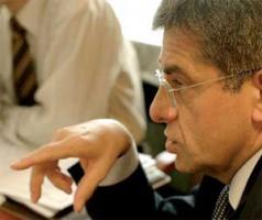 <B>Marek Kossowski</b>, prezes PGNiG:  – Gas Trading jako trzeci udziałowiec EuRoPol Gazu nikomu nie przeszkadza, a wartością posiadania udziałów w EuRoPol Gazie jest dla tej spółki możliwość proporcjonalnego wykorzystania mocy przesyłowych gazociągu jamalskiego. Dodam, że dysponowanie mocami przesyłowymi gazociągu (również przez równorzędnego do Gazpromu udziałowca, jakim jest PGNiG) wymaga dzisiaj zgody Gazpromu.  EuRoPol Gaz ma zysk, ale ma też potężne długi – przede wszystkim miliard dolarów w Gazpromie i Gazprombanku. Dopiero po spłaceniu kredytów zacznie wypłacać dywidendę.