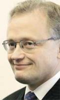 <b>Jacek Piechota</b> urodził się w 1959 roku. Absolwent Politechniki Szczecińskiej. W Sejmie zasiadał jeszcze w PRL z ramienia PZPR. Później zdobywał mandat poselski w kolejnych wyborach: w Sejmie Kontraktowym, a następnie w 1993, 1997, 2001 i 2005 roku. Stanowisko ministra gospodarki piastował już od października 2001 r. do stycznia 2003 r., gdy doszło do połączenia resortu gospodarki z resortem pracy i polityki społecznej. Wówczas został zastępcą Jerzego Hausnera stojącego na czele resortu. Ponownie objął funkcję ministra po rezygnacji prof. Hausnera w rządzie Marka Belki. (J.D.)