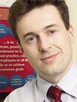 <u><strong>Dłużnik zapłaci</strong></u>  <strong>Krzysztof Kuniewicz</strong>, dyrektor generalny Bibby Factors Polska: – Kredyt wymaga od klienta odpowiedniego zabezpieczenia, bez którego bardzo ciężko o pozytywne rozpatrzenie wniosku. Bardzo duże przedsiębiorstwo jest w stanie wynegocjować z bankiem indywidualne, atrakcyjne warunki, które sprawią, że kredyt będzie tańszy od faktoringu. Wadą kredytu jest to, że stale obciąża budżet firmy z tytułu zadłużenia. Dodatkowo bank obciąża firmę za spóźnienie w spłatach kolejnych rat, nawet jeśli zawiodą dłużnicy, a nie ona sama. Faktoring zadowala się zabezpieczeniami w postaci wierzytelności handlowych, nie prowadzi do zwiększenia zadłużenia firmy (brak odsetek), a jedynie zamienia należności na gotówkę – np. 80 proc. wartości faktury w ciągu 24 godzin. Dzięki tej operacji klient nie jest uwięziony w kleszczach trzymiesięcznych lub półrocznych terminów płatności.   Faktoring eksportowy zmniejsza ryzyko walutowe związane ze współpracą zagraniczną. Udzielone firmie dofinansowanie spłacane jest przez jej dłużników. Budżet klienta nie jest więc stale obciążany odsetkami, jak w przypadku kredytu. Zaletami faktoringu, zwłaszcza eksportowego, są usługi poboczne. Bankowa obsługa kredytowa jest bardzo skromna; w przypadku faktoringu można liczyć na pomoc np. w ocenie ryzyka kredytowego obcego kontrahenta, przejściu obcych i nieznanych procedur, zdobycia informacji o obyczajach rynku, a także podczas wyjaśniania sporów z odbiorcą.