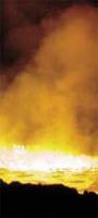 """<strong><u>Pakiet dla Bankowej</u></strong>  Przedstawiciele Zarządu Mittal Steel Poland i Huty Bankowej podpisali Porozumienie Socjalne dla Huty Bankowa Sp. z o.o. Zabezpiecza ono interesy pracowników tej spółki w zakresie gwarancji socjalnych oraz bezpieczeństwa i higieny pracy oraz potwierdza uprawnienia pracownicze zawarte w Zakładowym Układzie Zbiorowym Pracy obowiązującym w spółce.Dokument wynika z postanowień pakietu socjalnego podpisanego ze związkami zawodowymi a Zarządem Polskich Hut Stali SA – obecnie Mittal Steel Poland. Zarząd zobowiązał się do zawarcia porozumień socjalnych na rzecz pracowników pomiędzy związkami zawodowymi, a każdą ze spółek zależnych, w których Mittal Steel Poland SA posiadał 100 proc. udziałów lub akcji.  – Jesteśmy zadowoleni z podpisania porozumienia – mówi Jan Soliło, przewodniczący MK NSZZ """"Solidarność"""" Huty Bankowej należącej do Mittal Steel Poland. – Uważam, że problem ten został bardzo dobrze rozwiązany, a podejście pracodawcy nie budzi wątpliwości.   Postanowieniami podpisanego porozumienia objęci są wszyscy pracownicy zatrudnieni w spółce na podstawie umowy o pracę, bez względu na wymiar czasu pracy. W razie upadłości lub likwidacji spółki, jej pracownicy zostaną zatrudnieni w Mittal Steel Poland, w jej spółkach zależnych lub w innych podmiotach gospodarczych na nie gorszych warunkach płacowych niż poprzednio.Soliło przyznaje, że pakiet socjalny podpisany dla pracowników czterech zakładów tworzących Mital Steel Poland jest korzystniejszy w niektórych zapisach niż rozwiązania przyjęte w porozumieniu dla Huty Bankowej.  – Bankowa jest jednak innym zakładem niż np. huta Katowice i skala problemów też jest inna – dodaje Soliło. – My wynegocjowaliśmy już porozumienie i nie miałbym nic przeciw temu, aby inne stuprocentowe spółki zostały objęte pakietem. Nie ma sensu """"wytykać"""" komuś, że ma lepiej. (RD)"""