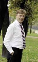 <strong>Harry Schur</strong>, prezes Zarządu STOEN SA.   Po ukończeniu studiów ekonomicznych w roku 1983, rozpoczął pracę w firmie Vereinigte Elektrizitätswerke Westfalen, późniejszym VEW AG. W 1990 roku objął kierownictwo działu planowania, a w roku 1993 działu planowania i sprawozdawczości w koncernie Vereinigte Elektrizitätswerke Westfalen AG. Od lutego 1998 r. był dyrektorem pionu kontrolingu w VEW Energie AG. Po połączeniu VEW z RWE, Harry Schur został dyrektorem kontrolingu firmy RWE Power, natomiast w roku 2001 objął stanowisko dyrektora kontrolingu koncernu RWE AG.  Od grudnia 2002 roku jest prezesem Zarządu STOEN SA.