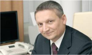 <strong>Andrzej Mikosz</strong> ma 40 lat. Jest absolwentem Wydziału Prawa i Administracji Uniwersytetu im. Adama Mickiewicza w Poznaniu. W roku 1994 zdobył uprawnienia sędziowskie i radcy prawnego. Obszar jego zainteresowań stanowią przede wszystkim zagadnienia dotyczące rynków kapitałowych, praw spółek, a także obrotu giełdowego. W latach 1998-2000 był członkiem Komisji Papierów Wartościowych i Giełd. Pełnił też wtedy funkcję doradcy ministra rolnictwa ds. giełd towarowych. Przed objęciem stanowiska ministra skarbu piastował stanowisko dyrektora praktyki rynków kapitałowych w kancelarii prawnej Lovells. _(J.D.)