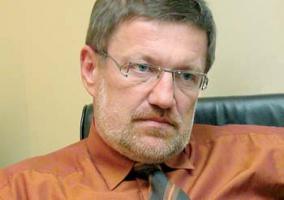 """<u>Najpierw naprawa</u>  <strong>Wiesław Kaczmarek</strong>, były minister skarbu (w latach 1993-1996 i 2001-2003):  – Stare dziedziny gospodarki wymagają naprawy, a nie ofert publicznych. Rynek kapitałowy w Polsce dawno stracił przejrzystość. Oferty publiczne nie są żadnym gwarantem przejrzystości. Mamy bowiem do czynienia ze słabością nadzoru nad rynkiem kapitałowym. Do oferty publicznej nadają się te firmy, które znajdują się w dość dobrej sytuacji, są zmodernizowane.   Wśród sektorów, których przyszłość jest niejasna, należy wymienić sektor stoczniowy oraz zbrojeniówkę. Wydaje się, że zmarnowano szanse związane z offsetem i polski przemysł obronny stale traci dystans do konkurencji. W przypadku elektroenergetyki mamy nie rozwiązane kwestie związane z regulacją rynku. Cały czas nie rozwiązana pozostaje sprawa """"kadetów"""". Bezsensowne wydają się zapowiedzi likwidacji Urzędu Regulacji Energetyki.  Problemy rodzi też fakt wprowadzenia standardu umów społecznych, które de facto zamrażają wewnętrzną restrukturyzację przedsiębiorstw. Jeżeli natomiast chodzi o górnictwo, to tam jest silny opór przed prywatyzacją. Obawy biorą się stąd, że mogłoby się na przykład okazać, iż pojedyncze przedsiębiorstwo wydobywające węgiel i działające w oparciu o inny rachunek ekonomiczny, przynosi zupełnie inne, lepsze wyniki. I przed tym jest strach.   Obecnie niepokoi brak programu w zakresie prywatyzacji. Trudno więc oceniać sytuację w poszczególnych branżach, jeśli tego programu nie przedstawiono. Wiadomo, że w dużej mierze o tym, jak prywatyzacja będzie prowadzona, decydować będą personalia. A mam wrażenie, że nowy minister skarbu Andrzej Mikosz był nieco zaskoczony nominacją."""
