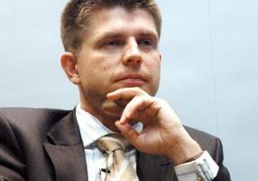 <u>Mity, prawdy, błędy</u>  <strong>Ryszard Petru</strong>, główny ekonomista Banku BPH:  – Polska prywatyzacja była lepsza niż na przykład czeska. Tam tzw. kuponovka spowodowała rozproszenie akcjonariatu. U nas właściciel jest jednak konkretny. Nie popełniliśmy również błędu węgierskiego, który polega na tworzeniu się monopolu narodowego. Węgrzy postawili na firmy niemieckie i teraz niemal każda firma ma centralę na terenie Niemiec. Kapitał niby nie ma ojczyzny, ale okazuje się, że powstałe przez lata związki mają znaczenie.  Kolejnym niebezpieczeństwem prywatyzacji było tworzenie monopolu przez innego monopolistę. U nas tego błędu nie dało się uniknąć, wystarczy przypomnieć prywatyzację TP SA przez France Telecom, monopolistę nad Sekwaną. Teraz podobne niebezpieczeństwo czyha na decydentów przy prywatyzacji energetyki. Energetyka to strategiczna branża i dlatego trzeba mieć silnego regulatora. Urząd Regulacji Energetyki musi wiedzieć, jak panować nad rynkiem.  Trudną do sprywatyzowania branżą będzie górnictwo. Trzeba prywatyzować kopalnie, bo teraz można je drogo sprzedać. Co będzie jak koniunktura osłabnie? Większość sprywatyzowanych firm o wiele lepiej daje sobie radę na rynku niż przedsiębiorstwa państwowe. To jednak nie jest cała prawda o polskich przekształceniach. Dzisiaj dawne państwowe firmy, które produkują maszyny i urządzenia mają 40-procentowy udział w polskim eksporcie. Przypomnijmy sobie, jak było w 1990 roku. Zachód kupował od nas węgiel, żywność i trochę mebli. Teraz jesteśmy częścią kanałów sprzedaży wielkich koncernów. To o wiele bardziej opłacalne niż sprzedaż surowców.  Mitem jest również spadek zatrudnienia w prywatyzowanych firmach. Po koniecznej restrukturyzacji zatrudnienie per saldo wzrosło. Oczywiście były przykłady prywatyzacji kryminogennych, ale to żaden argument w porównaniu z osiągniętymi korzyściami.