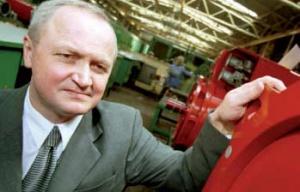 <B>Jerzy Suchoszek,  prezes Zarządu Dąbrowskiej Fabryki Maszyn Elektrycznych Damel SA:</B>  – Wyniki Damelu są dobre, w 2005 roku nasza sprzedaż wyniosła ponad 71 mln zł. Rok wcześniej ukształtowała się ona na poziomie 62 mln zł.  Około 30 proc. naszej produkcji trafia na eksport. Głównie do Rosji, Austrii, Czech i na Ukrainę. Nasze produkty trafiają również na rynki Ameryki Łacińskiej, bowiem współpracujemy zarówno z Grupą Kapitałową Famuru, jak i z Grupą Zabrzańskich Zakładów Mechanicznych. A obydwie z nich realizowały kontrakty w Ameryce Południowej. Ten rok będzie chyba trudniejszy od poprzedniego, choćby ze względu na niekorzystny kurs euro.  Na polskim rynku zaplecza górnictwa mieliśmy ostatnio do czynienia z procesami konsolidacyjnymi. To nie dziwi, bowiem obecnie skutecznie konkurować na rynku mogą tylko duże podmioty oferujące kompleksowe rozwiązania. Dla nas absolutnie priorytetowy jest rynek polski. Dopiero ugruntowana pozycja na rodzimym rynku pozwala na osiąganie dobrych wyników w eksporcie. Miesięcznie produkujemy sto kilkadziesiąt silników. Tyle samo mamy zleceń remontowych. Jesteśmy przygotowani do realizacji indywidualnych zamówień. Czekamy, aż polskie kopalnie zaczną więcej inwestować w maszyny i urządzenia. Stale inwestujemy – w ubiegłym roku kosztem kilku milionów złotych nabyliśmy nowe maszyny i linie technologiczne. W tym będziemy realizować kolejne inwestycje.