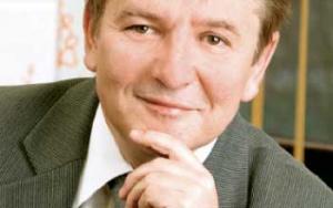 Krzysztof Kuliński dyrektor Centrum Rozwoju Oprogramowania Siemens  we Wrocławiu:  Dziś potrzebne  są z pewnością inwestycje w infrastrukturę, szczególnie transportową, takie jak obwodnica miejska, wygodne połączenia drogowe z Poznaniem i Warszawą. Konieczna jest też rozbudowa portu lotniczego i połączeń lotniczych. Cieszymy się, że coraz więcej firm  decyduje się na inwestycje we Wrocławiu, choć mam wrażenie, że byłaby wskazana   dywersyfikacja, mamy tu bowiem coraz więcej firm z sektora IT, a może warto byłoby przyciągnąć inwestorów z innych branż, np. chemicznej czy biotechnologii.