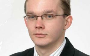 """Bartosz Pawłowski analityk ING Bank Śląski: GDZIE TE INWESTYCJE?    Rok 2005 był dość dużym rozczarowaniem po znakomitym roku """"akcesyjnym"""". Co prawda tempo wzrostu przekraczające 3 proc. nie jest powodem do paniki, ale z pewnością nie jest wystarczające, jeśli chcemy w ogóle myśleć o gonieniu państw """"starej"""" Unii. Powodów spowolnienia było kilka. Pierwszy jest taki, że wskaźniki wzrostu liczone są w stosunku do poprzedniego roku, a, jak wspomniałem, porównywaliśmy się do znakomitych rezultatów z 2004 r. Jednak również w gospodarce coś stanęło. Przedsiębiorcy nie widzieli potrzeby inwestowania – wzrost inwestycji o 6,5 proc. to bodaj największy zawód 2005 r. Spowodowane to było mizernym popytem konsumpcyjnym. Owszem, firmy miały się całkiem nieźle, ale gros przychodów pochodziło z eksportu, co z kolei spowodowane było nieco lepszymi nastrojami w strefie euro. Niższe inwestycje to również pokłosie zbyt agresywnych podwyżek stóp procentowych w połowie 2004 r."""