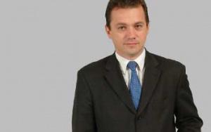 Ludovit Gajdos prezes Zarządu i dyrektor generalny CMC Zawiercie SA:  CMC PLANUJE KOLEJNE AKWIZYCJE    Amerykański koncern Commercial Metals Company (CMC), który przed trzema laty przejął 71 proc. udziałów w hucie Zawiercie, zamierza rozszerzyć swoje wpływy w Europie planując kolejne akwizycje. Polska jest atrakcyjnym rynkiem, zważywszy na rozwój gospodarki i prognozowany wzrost PKB. Produkujemy głównie na potrzeby budownictwa. Są to pręty zbrojeniowe, konstrukcyjne i do dalszego przetwórstwa. I w tym kierunku zamierzamy się rozwijać. Na inwestycje w 2005 roku przeznaczyliśmy ponad 100 mln zł. Mogę zapewnić, że huta Zawiercie nie jest ostatnim zakładem w Polsce, w który zainwestowaliśmy.