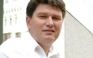 Rafał Lewicki dyrektor sprzedaży aplikacji  do sektora energetycznego w Oracle Polska:  Rozszerzyć, ujednolicić     – Obecnie wszystkie regionalne spółki gazownictwa są już użytkownikami systemów billingowych. Możemy w nich zaobserwować znaczną różnorodność systemów i technologii informatycznych. Z doświadczenia Oracle wynika, że ujednolicenie systemów billingowych przyniosłoby całej branży oszczędności polegające na redukcji kosztów utrzymania, aktualizacji, modyfikacji, integracji i administracji. Docelowym rozwiązaniem mogłoby być wybranie i wdrożenie jednolitego systemu billingowego, który jest sprawdzony w branży.