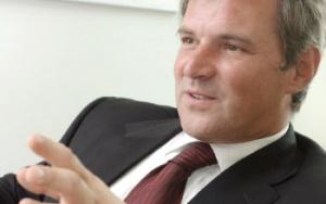 Piotr Kozłowski  jest prezesem IFS na Europę Środkowo-wschodnią (IFS CEE) od kwietnia 1999 r. W ramach korporacji IFS jest on członkiem tzw. Executive Management Team – ścisłej grupy osób wyznaczającej kierunki rozwoju oraz zarządzającej IFS na świecie. Przed rozpoczęciem pracy w IFS Kozłowski był związany z firmą EDS w Europie i w Polsce. Pracował m.in. w ośrodkach przetwarzania danych, prowadził europejskie projekty oraz był odpowiedzialny za prace związane z General Motors w Polsce. W latach 1995-98 Piotr Kozłowski pełnił funkcję dyrektora generalnego EDS Poland. Prezes IFS CEE jest członkiem Rady Doradczej Polsko-Amerykańskiego Centrum Zarządzania. P. Kozłowski jest też Honorowym Prezesem Polskiego Związku Golfa.