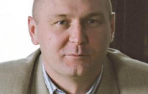 Krzysztof Liedel wicedyrektor ds. programowych Centrum Badań nad Terroryzmem Collegium Civitas w Warszawie Nie można oddzielić polityki od gospodarki   Terroryzm jako metoda realizacji celów politycznych ma wywierać wpływ przede wszystkim w wymiarze politycznym i społecznym funkcjonowania państwa. Jednak pamiętać należy, że we współczesnym świecie nie jest możliwe całkowite oddzielenie życia społeczno-politycznego kraju od jego życia gospodarczego. Stabilność polityczna państwa determinuje jego stabilizację finansową, wpływa też na decyzje indywidualnych konsumentów, warunkujące właściwy rozwój gospodarki państwa. Wskaźnik zaufania konsumentów i przedsiębiorstw oraz podejmowane w związku z nim działania odnoszące się do redukcji lub wzrostu wydatków albo zwiększania oszczędności, wywierają łatwy do odnotowania wpływ na gospodarkę państwa. Nie należy jednocześnie zapominać, że jedną z podstawowych prawidłowości rządzących współczesną gospodarką światową jest jej globalny wymiar, a więc – wciąż rosnące – współzależności pomiędzy poszczególnymi państwami czy regionami w wymiarze gospodarczym. Zaburzenia funkcjonowania jednej gospodarki państwowej, bądź danego regionu ekonomicznego, mogą zachwiać równowagą ekonomiczną na znacznie szerszą skalę. O procesach gospodarczych, a nawet długoterminowych trendach w gospodarce, decydują zachowania ludzi, ich decyzje. Jeżeli osoby zajmujące stanowiska decyzyjne w największych korporacjach lub państwowych agendach gospodarczych odczuwają zagrożenie, zmieniają swoje zachowanie, co następnie daje się odczuć w postaci zmiany poszczególnych wskaźników ekonomicznych.